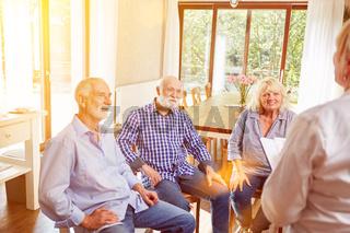 Senioren reden in Gruppenpsychotherapie