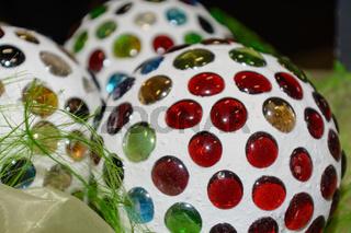dekorative Farbkugeln mit bunten Glassteinen - Nahaufnahme