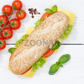 Sandwich Baguette Vollkorn Brötchen belegt mit Käse von oben Quadrat auf Holzbrett