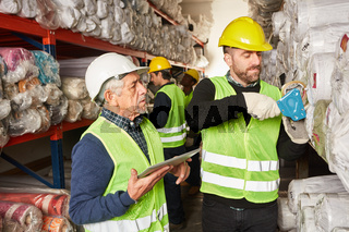 Verpacker und Kommissionierer im Warenlager