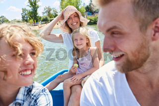 Familie mit Ruderboot auf See im Sommer