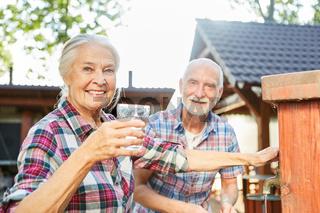 Senioren Paar mit frischem Glas Wasser