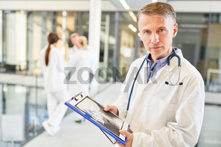 Mann als kompetenter Facharzt mit Röntgenbild