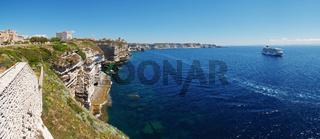 Kreuzfahrtschiff vor dem Kalksteinkliff von Bonifacio - Korsika