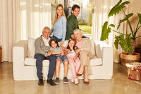 Erweiterte Familie mit Großeltern und Kindern
