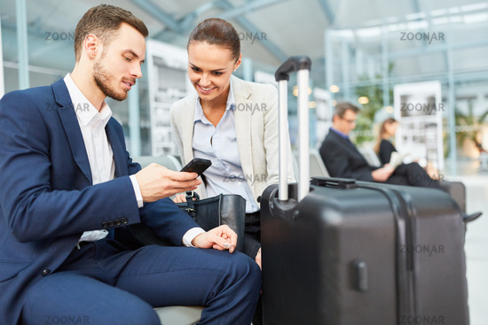 Geschäftsleute lesen Nachricht auf dem Smartphone