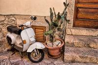 Stadtidylle mit Vespa in Taormina auf Sizilien