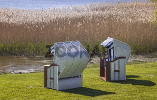 Strandkoerbe hinter dem Schilf am Neuensiener See