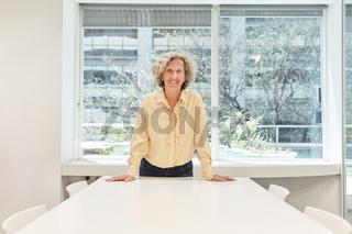 Senior Business Frau mit Selbstvertrauen im Büro