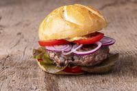 Nahaufnahme eines Hamburgers auf Holz
