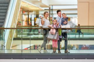Glückliche Familie beim Einkaufsbummel