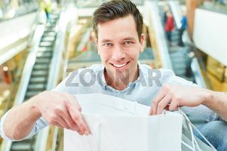 Glücklicher Mann als Kunde und Verbraucher