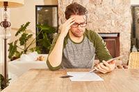 Mann mit Tablet PC bei der Finanzplanung