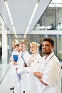 Junger afrikanischer Arzt zusammen mit Kollegen