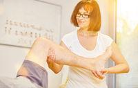 Mann mit Kniegelenk Schmerzen bei Osteopathie