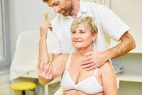Heilpraktiker behandelt Haltungsschaden mit Chiropraktik