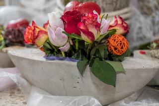 kreativer Rosenschmuck in Schale aus Beton - Nahaufnahme Floristik