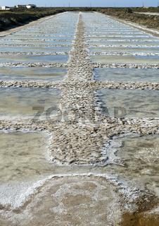 Verdunstungsbecken einer Meerwassersaline mit kristalliertem Meersalz, Tavira, Algarve, Portugal