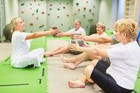 Senioren Gruppe und Fitnesstrainer beim Rückentraining