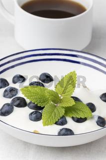 Heidelbeeren auf Joghurt und Kaffee