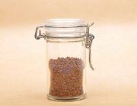 Löslicher Kaffee in geschlossenem Glas auf braunem Hintergrund - Instant Coffee in closed jar on brown background