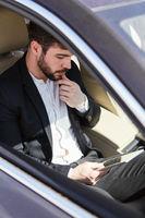 Geschäftsmann mit Tablet Computer im Auto