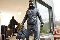 Einbrecher flüchten mit Beute aus Haus
