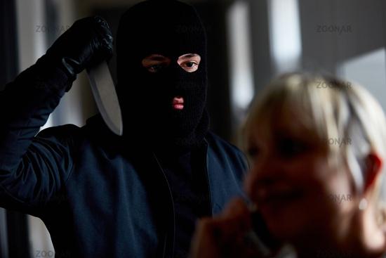 Räuber bedroht Frau mit Messer
