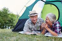 Paar Senioren beim Zelten im Zelt auf Campingplatz