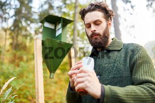 Forstwirt bei Kontrolle der Borkenkäferfalle