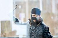 Einbrecher mit Brechstange will Glas einschlagen