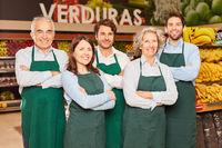 Supermarkt Team mit glücklichen Verkäufern