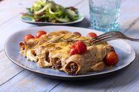 sechs italienische Canneloni Nudelrollen auf Holz