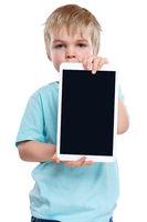 Kind kleiner Junge mit Tablet Computer Textfreiraum Copyspace