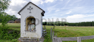 Eingezäunte Weide mit gemauerter traditioneller Andachtsstätte in Harbach