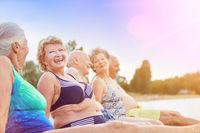 Gruppe Senioren beim Baden am See