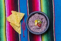 Schüssel mit mexikanischen Frijoles refritos