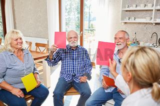 Gruppe Senioren mit Therapeutin im Seminar