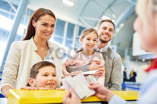 Familie bei der Pass Kontrolle am Check-In