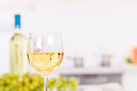 Wein weiß Weißwein weiss Weisswein im Glas mit Textfreiraum Copyspace