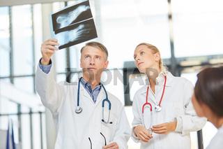 Ärzte mit Röntgenbild in der Radiologie