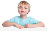 Kind kleiner Junge lachen Werbung Marketing Schild leer Textfreiraum Copyspace Freisteller
