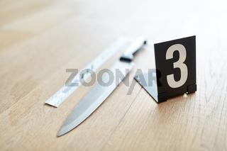Messer mit Markierung als Beweismittel