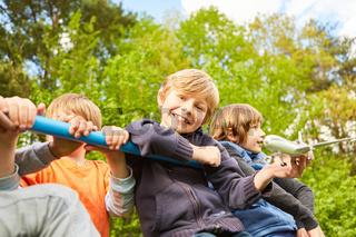 Fröhliche Gruppe Kinder auf einem Klettergerüst
