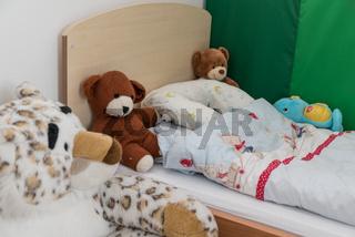 Kinderzimmer mit Kuschelecke und Plueschtieren - Detail