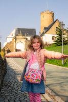 Child in front of Scharfenstein Castle in the Erzgebirge