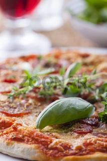Basilikum auf Pizza