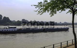 Frachtschiffe auf dem Rhein, Rees, NRW