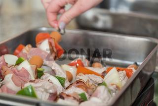 Spieße zum Grillen in einer Grillpfanne vorbereiten - Grillsaison