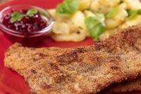 Wiener Schnitzel mit Kartoffelsalat auf dem Teller